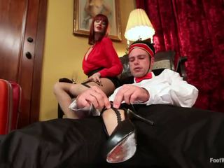 Hotel guest maitresse madeline dominates il bellboy in piede feticismo vid