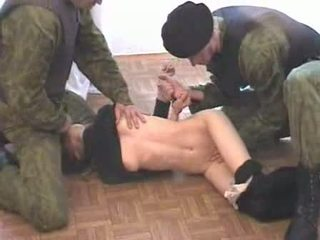 Two 軍 men brutalize terrorist ビデオ