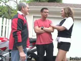 Rebecca bardoux để cho sừng cha và con trai quái cô ấy miệng