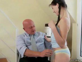Vacker tonårs fucks mycket gammal morfar