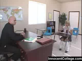 controleren college scène, vol college meisje vid, een student klem