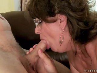 Бабця смокче і скаче молодий пеніс