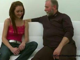 Тънък тийн момиче прецака от стар мъж рязко край тя boyfriend и having изпразване над тя цици
