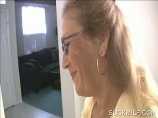 Mãe e gaja a chupar um dong