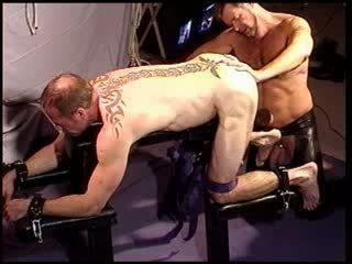 Tortura masculina busting meu bud's tomates com um mallet e masturbação feminina sua quente hole.