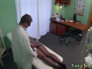 Rödhårig i strumpbyxor körd av doktorn i fake hospital