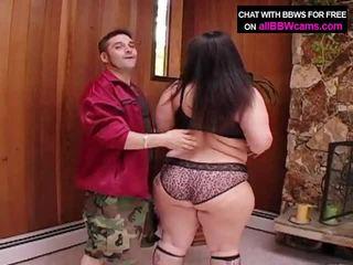 Gjigand duke thithur grua pompues bythë super madhësi 1