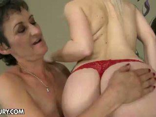 Starý a mladý lezbické láska: babka nesty gets licked podľa mladý lesbo