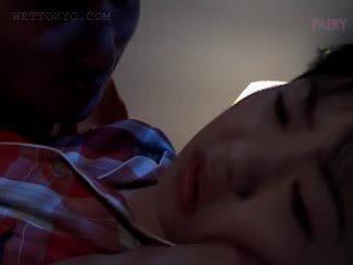 Mažutė azijietiškas gets pyzda teased į undies į jos miegas