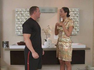 Un alto massagist con impressionante corpo