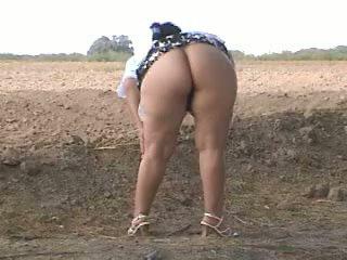 Piss 脂肪 屁股 pee 在 街頭. bebita 墨西哥的 懶婦