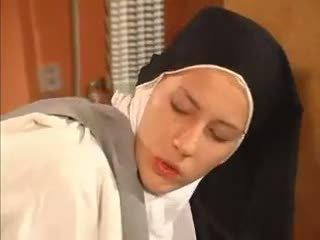 Våt snatch nuns anala körd av den priest