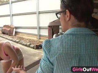 Австралійка дівчинки licking манда в the garage