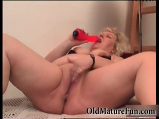 Rambut pirang lebih tua wanita bermain dengan gemuk alat kemaluan wanita video