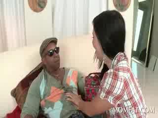 Slutty housekeeper blowing bilingüe ireng cocks at home