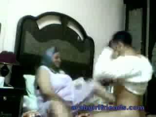 Kimainen arab pari pyydettyjen helvetin mukaan vakooja sisään hotellin huone