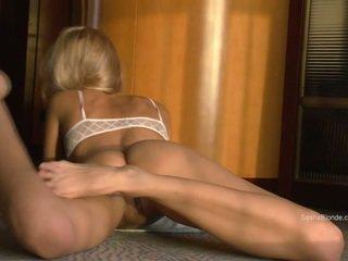 Sasha blonde écartement son jambes