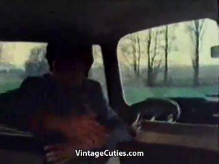 Извратен момиче fingered в а кола
