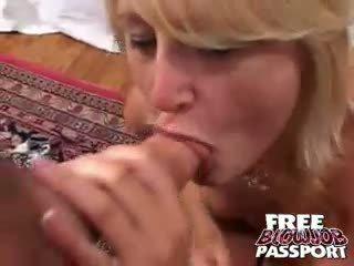 Excited blondīne kuce stacy thorn licking un nepieredzējošas a