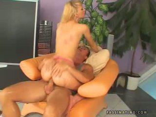 Hawt baben gitta blond receives sprayed på henne warm throat