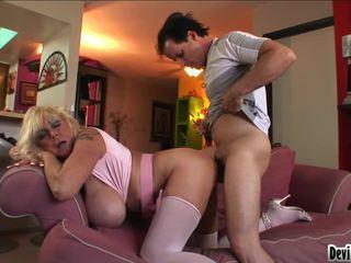 Shelly uses jos didelis pantoons į patrinti žemyn youthful mans sunkus varpa