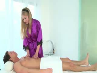 Seksi masseuse sucks clients kontol