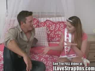 Brandon gets له بديع virgin الحمار مارس الجنس بواسطة ال strap في أميرة