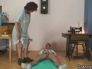Sewing vecmāmiņa jumps par viņa dzimumloceklis