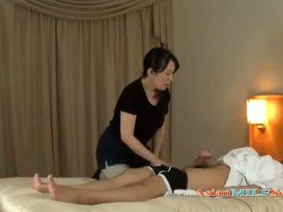 Zreli ženska massaging guy giving drkanje getting ji prsi rubbed na the postelja