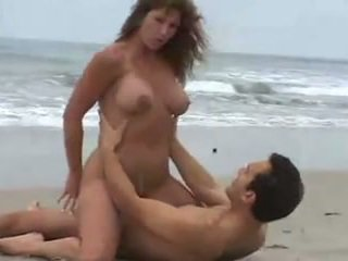 Rica morena tetuda, calenturienta यौन en la playa