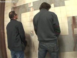 Tõmmud cocksucker doing tema töö sees the wc