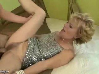 Prsnaté stará mama gets fucked