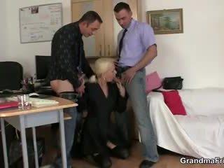Two fellows naida mummi at työ