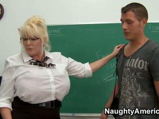 Kayla kleevage - nagymellű tanár anális szar