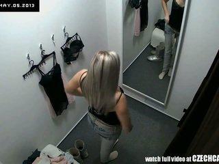 Воайор хубав блондинки fitting дамско бельо