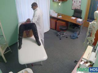 Лекар examinates тя путка с а чеп.