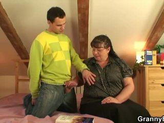 할머니 bet: 큰 거유 할머니 씨발 젊은 소년.