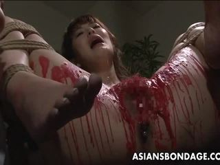 Тайська дівчина мати її privates filled в wax.