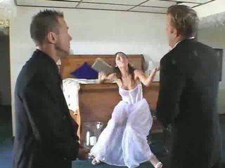 Seksi pengantin perempuan untuk menjadi gets ke sebuah steamy seks tiga orang video