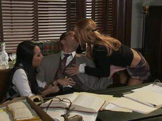 Asa akira tāpat sharing a karstās penis ar ally