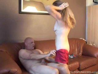 Горещ мадама gets на стар хуй дълбоко в тя путка