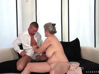Грудаста бабця enjoys гаряча секс з її boyfriend