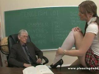 Joven escolar follada por su viejo profesora