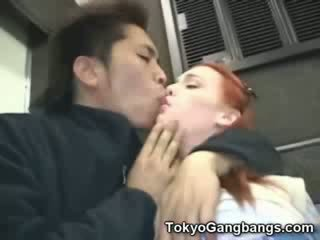 Baben vit flicka i tokyo subway!