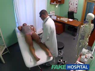 Fakehospital trágár bevállalós anyuka szex addict gets szar által a doktor míg neki férj waits