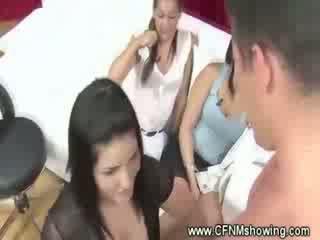 Femme habillée homme nu freaks enjoying montrer w cocks n jouets
