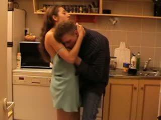 Daddys κόρη πατήσαμε σε ο κουζίνα βίντεο