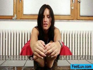 Liten och nätt baben sharon licks henne bare fötter