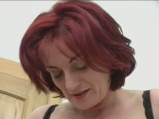 Tóc đỏ granny-beauty hậu môn trên stairs