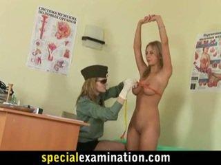 Lesbo armeija medic examines blondi